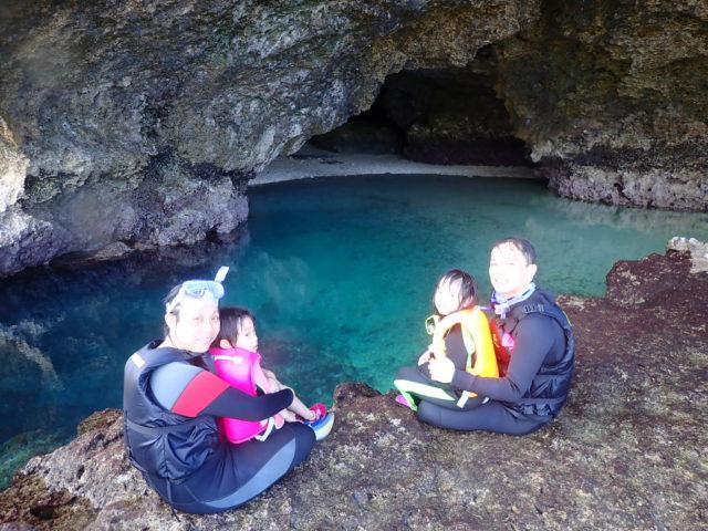石垣島 青の洞窟 シュノーケリング 家族 画像