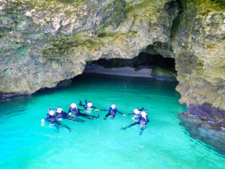話題の秘境 「青の洞窟」を望む半日シュノーケリングツアー