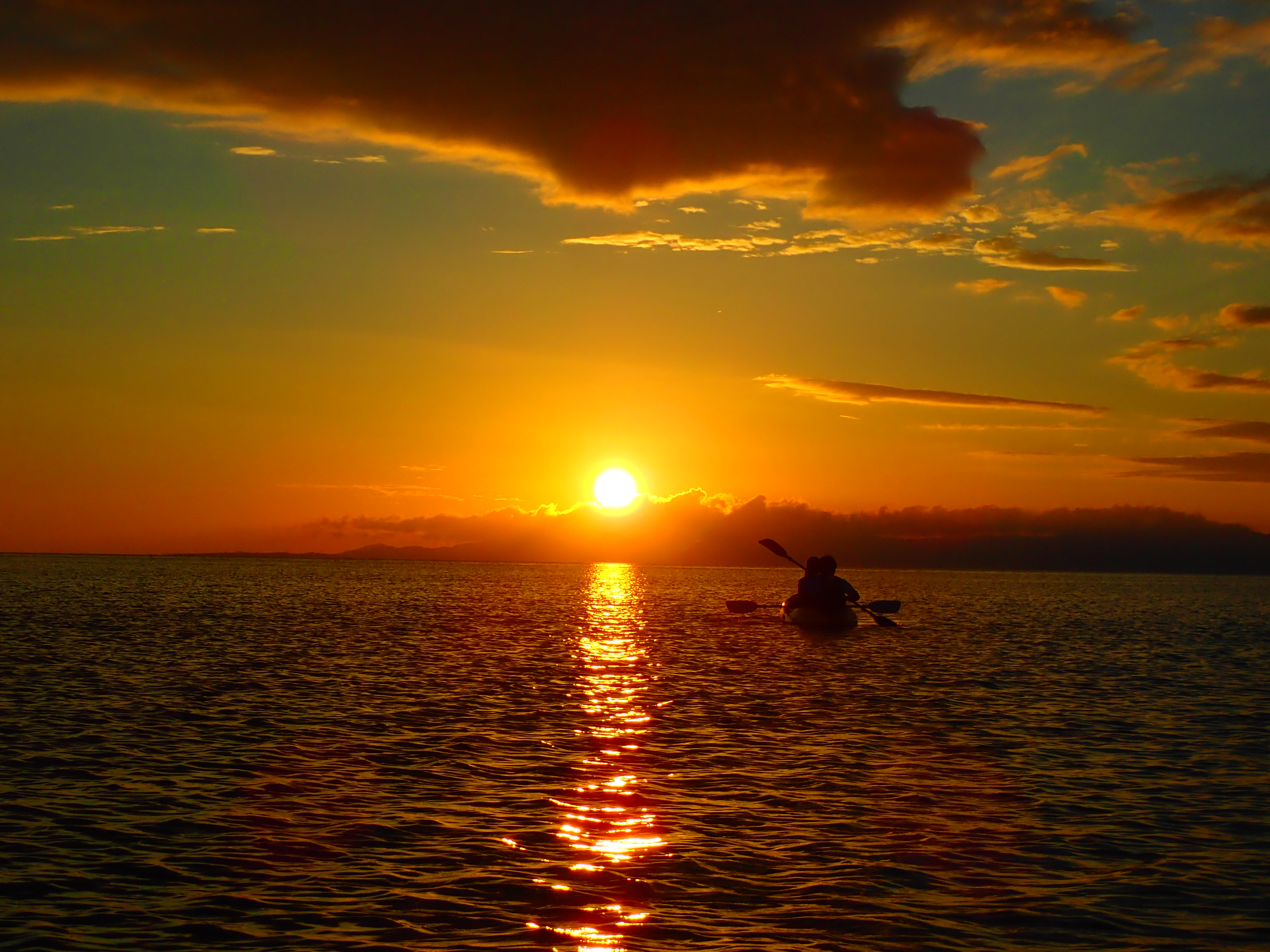 茜色の夕日に包まれる…黄昏サンセットカヌーツアー